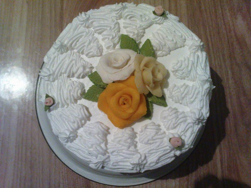 10.09.2011. Белый бисквитный торт с заварным кремом+сливки. .  Консервированный ананас в качестве начинки. .